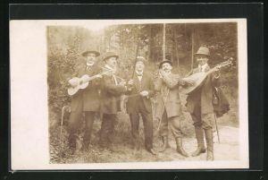 Foto-AK Wanderer mit Gitarre und Mundharmonika im Wald