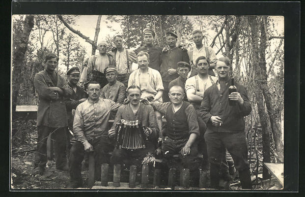 AK Soldatengruppe mit Akkordeon