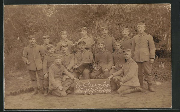 AK Gruppenbild Erholungsbedürftiger Krieger mit Akkordeon