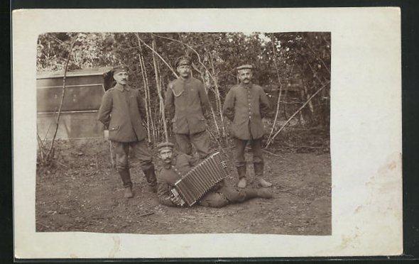 AK Soldaten mit Akkordeon