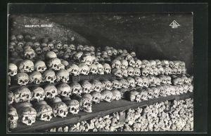 AK Totenschädel aufgereiht mit Beschriftungen, Hallstatt Beinhaus