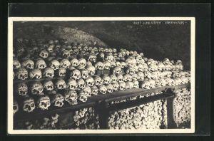 AK Totenschädel und Knochen aufgereiht im Beinhaus, Hallstatt