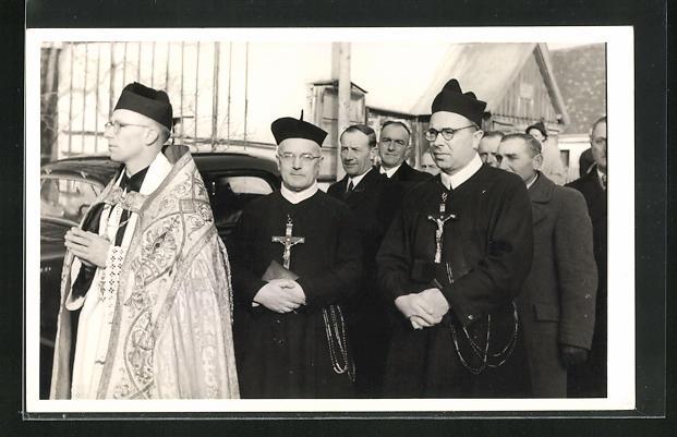 AK Geistliche Würdenträger mit Kreuzen in Gruppe mit Männern