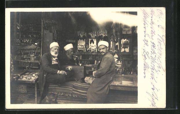 AK Skopje / Ueskueb, alte Anwohner am Tabak- und Pfeifenladen