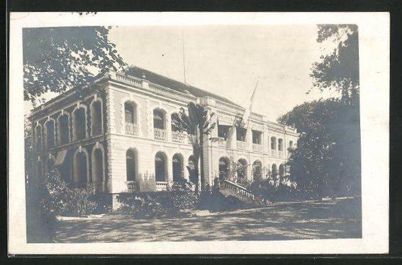 AK Saigon, Blick auf einen Palastbau mit Park