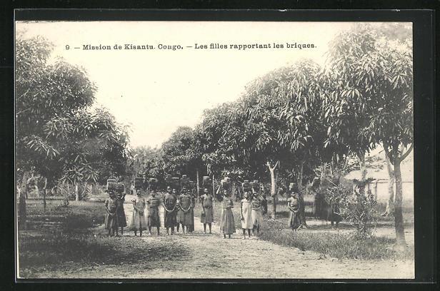 AK Kongo, Mission de Kisantu, Les filles rapportant les briques