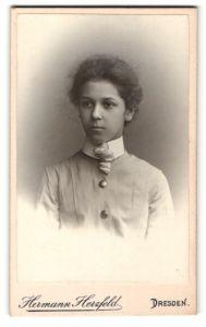 Fotografie Hermann Herzfeld, Dresden, Portrait junges hübsches Mädchen in modischer Kleidung