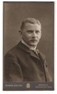 Fotografie Atelier Globus, Berlin W., Portrait charmanter Herr mit Oberlippenbart im Anzug