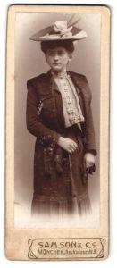 Fotografie Samson & Co, München, Portrait junge Dame mit Hut in modischer Kleidung