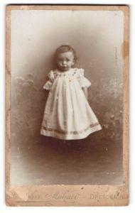 Fotografie Atelier Makart, Dresden, Portrait niedliches kleines Mädchen im bestickten Kleid