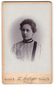 Fotografie Th. Molsberger, Halle / Saale, Portrait brünette junge Schönheit mit Brosche an der gerafften Bluse