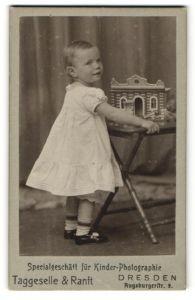 Fotografie Taggeselle & Ranft, Dresden, Portrait kleines Mädchen mit Lineol-Elastin-Kaserne, Spielzeug