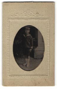 Fotografie Ferrotypie Knabe in Matrosenhemd mit kurzen Hosen, Passepartout