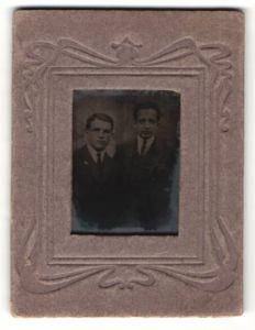 Fotografie Ferrotypie zwei junge Männer in Anzügen mit Krawatte, Passepartout