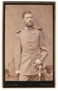 Fotografie Jos. Leeb, München, Portrait Soldat von Garderegiment in Uniform mit Epauletten mit Orden