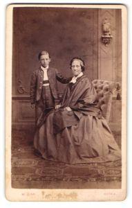 Fotografie W. Zink, Gotha, Portrait betagte Edeldame und Knabe