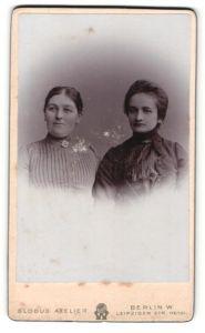 Fotografie Atelier Globus, Berlin-W., Portrait zwei lächelnde bürgerliche Damen in eleganten Kleidern