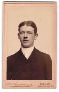 Fotografie Otto Kagermann, Berlin-NW, Portrait junger Herr mit Mittelscheitel