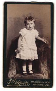 Fotografie J. Gregoire, Birmingham, Portrait bezauberndes kleines Mädchen im weissen Rüschenkleid
