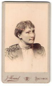 Fotografie J. Round, Smethwick, Portrait hübsches Fräulein in elegant bestickter Bluse