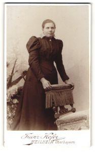 Fotografie Franz Hofer, Weilheim, junge Dame in Kleid mit Falten und Puffärmeln
