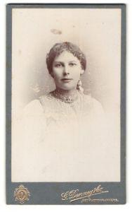 Fotografie G. Denney & Co., Exeter, Teignmouth, Portrait junge Dame mit zurückgebundenem Haar im modischen Kleid