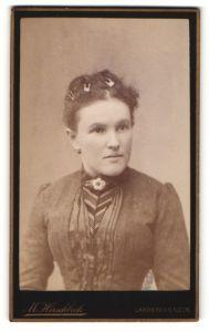 Fotografie M. Hirschbeck, Landsberg a/Lech, Portrait junge Frau mit Haarspangen