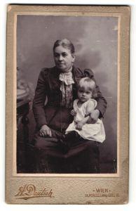 Fotografie A. Deutsch, Wien, Portrait betagte Dame mit Kleinkind