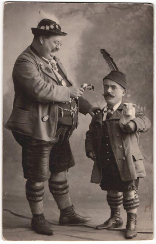 Fotografie Varieté - Theater, Kleinwüchsiger-Liliputaner & beleibter Mann in Tracht