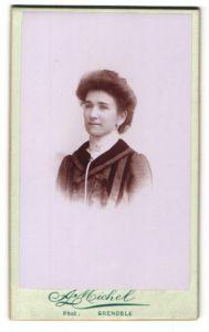 Fotografie A. Michel, Grenoble, Portrait junge lächelnde Dame in modischer Kleidung