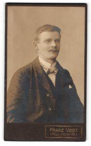 Fotografie Franz Vogt, Müllheim i / B., Portrait charmanter Herr mit Zwirbelbart u. Fliege im Anzug