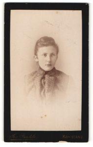 Fotografie Jos. Bentele, Konstanz, Portrait junge Frau mit modischer Frisur