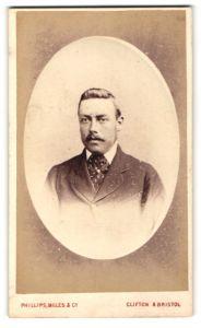 Fotografie Phillips - Miles & Co., Bristol, Portrait eines Herrn mit eleganter Frisur