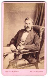 Fotografie Philipps - Miles & Co., Bristol, Portrait Herr mit Backenbart im Stuhl sitzend