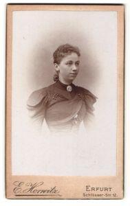 Fotografie E. Horwitz, Erfurt, Portrait hübsches Fräulein in elegant bestickter Bluse mit Perlen