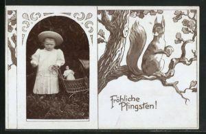 Foto-AK Kind mit Puppenwagen im Passepartout-Rahmen, Eichhörnchen mit Nuss auf einem Baum, Fröhliche Pfingsten