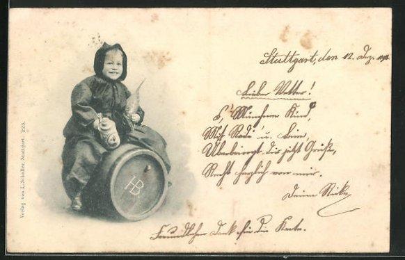 AK Lachendes Münchner Kindl zieht mit Bierkrug auf einem Fass