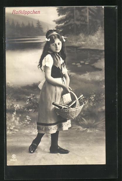 AK Rotkäppchen, Mädchen in Kostüm in Kulisse