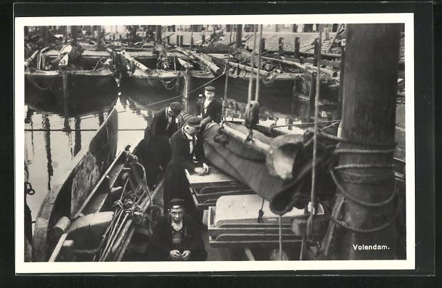 AK Volendam, Auf Fischerboot mit Mannschaft im Hafen