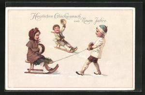 AK Kinder mit ihren Schlitten beim Rodeln