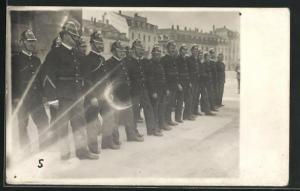 Foto-AK Männer der Feuerwehr Basel in Dienstkleidung mit Helmen