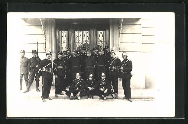 Foto-AK La Chaux-de-Fonds, Feuerwehrmänner und Soldaten in Uniform