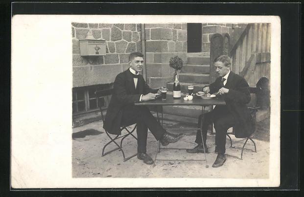 Foto-AK Zwei Herren geniessen ihre Mahlzeit