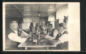 Foto-AK Herrenrunde bei Kartenspiel in Gasthaus, Skat