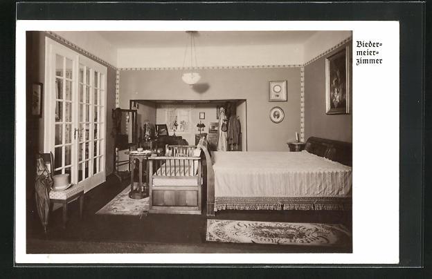 AK Biedermeier Zimmer mit Bett und Spiegel, Glastür