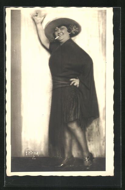 AK Dame in Kostüm mit Zigarette im Mund und Hut auf dem Kopf