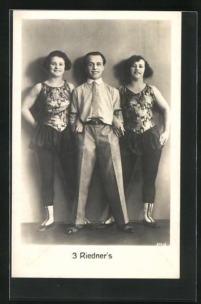 AK Artisten, 3 Riedner`s, zwei Damen in Kostümen mit Herrn in Anzug