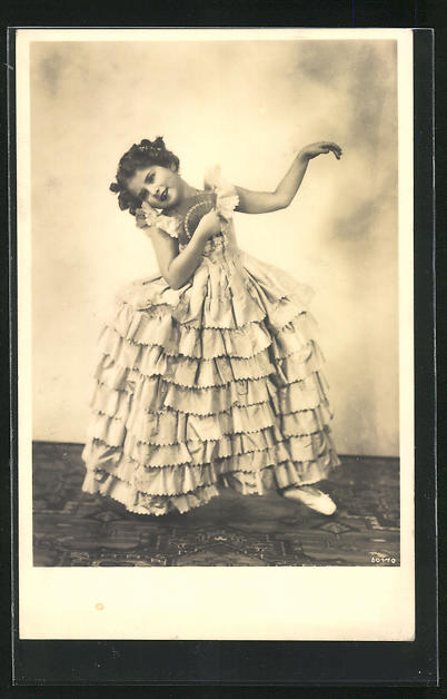AK Junges Mädchen in weitem Kleid tanzt mit Fächer
