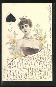 AK Kartenspiel Pik Dame, Elegante Dame mit Krone in schulterfreiem Kleid