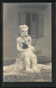 AK Eisplastik, Mann mit Kinn- und Schnurrbart, lockigen Haaren und grossen Füssen als Schneemann, 12. Juli 1909